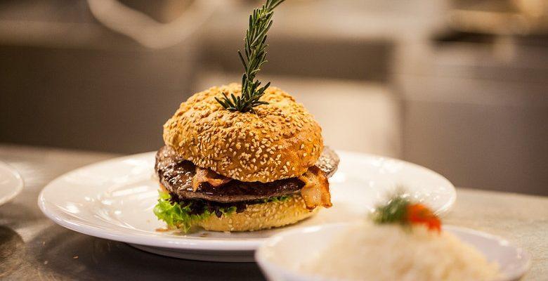 Les burgers et les services de livraison de repas sont en plein essor sur Google